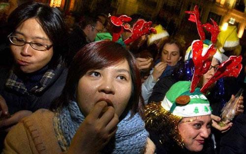 Phong tục đón năm mới kỳ lạ ở các quốc gia trên thế giới - 8
