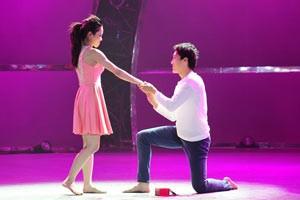 """Vũ công """"Động vật không xương"""" cầu hôn bạn gái trên sân khấu"""