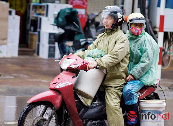 Người Hà Nội co ro trong mưa rét tệ hại nhất từ đầu mùa - 2