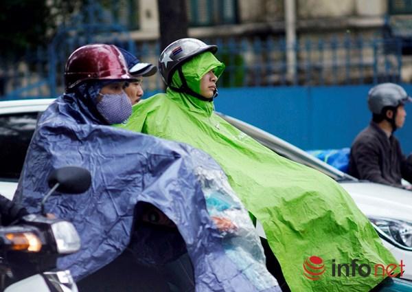 Người Hà Nội co ro trong mưa rét tệ hại nhất từ đầu mùa - 4