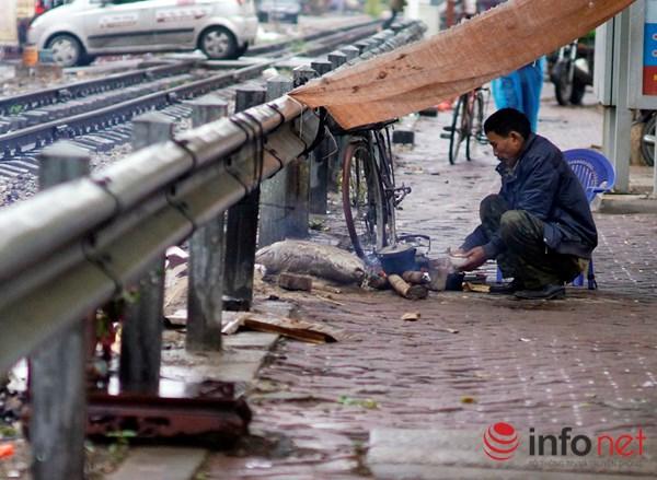 Người Hà Nội co ro trong mưa rét tệ hại nhất từ đầu mùa - 5