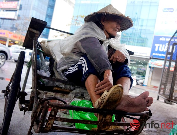 Người Hà Nội co ro trong mưa rét tệ hại nhất từ đầu mùa - 7
