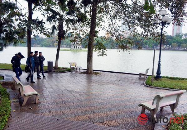 Người Hà Nội co ro trong mưa rét tệ hại nhất từ đầu mùa - 9