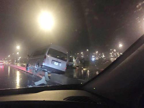 Hà Nội: Ô tô chở 27 người lật cạnh nhà ga T2 Nội Bài - 4