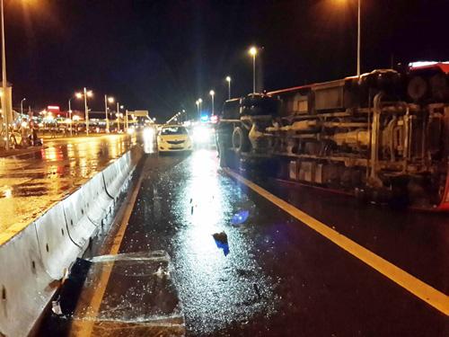 Hà Nội: Ô tô chở 27 người lật cạnh nhà ga T2 Nội Bài - 2
