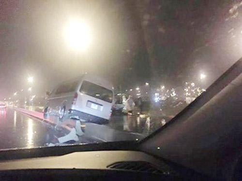 HN: Dỡ dải phân cách cầu Nhật Tân sau hàng loạt tai nạn - 1