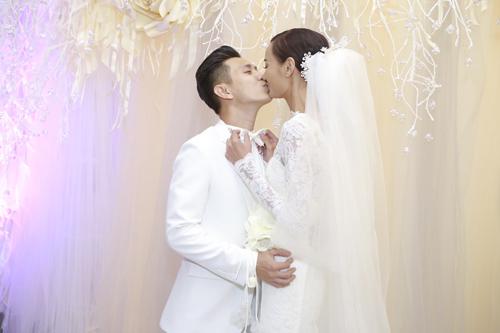 Vợ chồng Lê Thúy hôn nhau say đắm trước quan khách - 1
