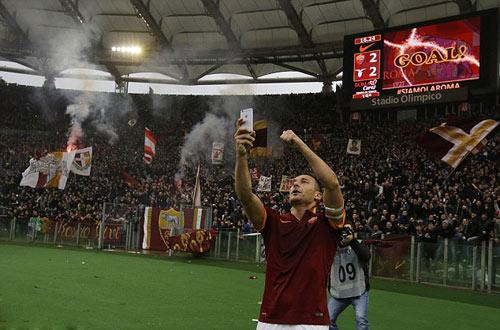 """Lập cú đúp, Totti """"tự sướng"""" ngay trên sân - 1"""