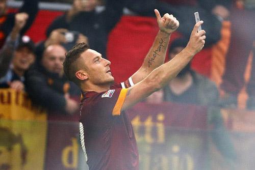 """Lập cú đúp, Totti """"tự sướng"""" ngay trên sân - 2"""