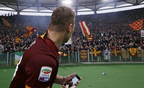 """Lập cú đúp, Totti """"tự sướng"""" ngay trên sân - 3"""