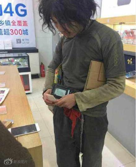 Chàng ăn mày chịu chơi mua liền lúc 2 iPhone 6 Plus - 2