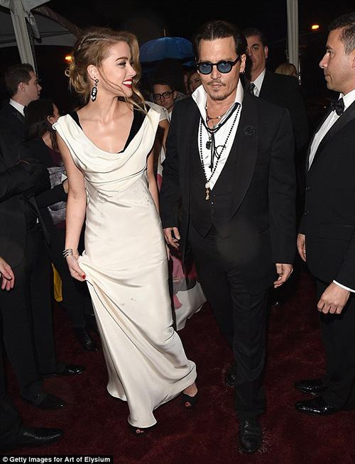 """Johnny Depp táo bạo """"khóa môi"""" người tình lưỡng tính - 3"""