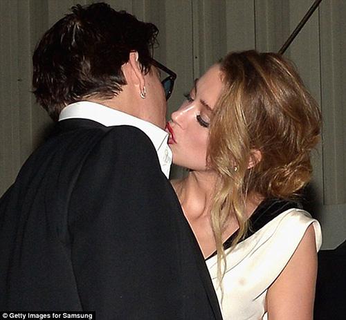 """Johnny Depp táo bạo """"khóa môi"""" người tình lưỡng tính - 2"""