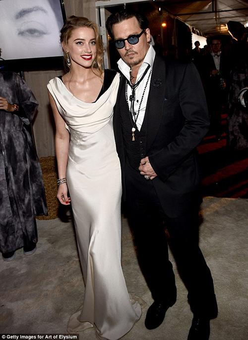 """Johnny Depp táo bạo """"khóa môi"""" người tình lưỡng tính - 1"""