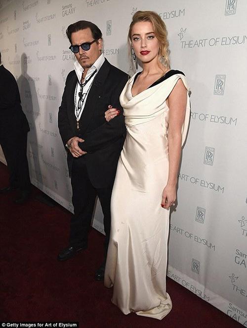 """Johnny Depp táo bạo """"khóa môi"""" người tình lưỡng tính - 7"""