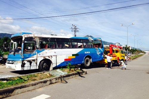 Hai xe chở công nhân va chạm, hàng chục người bị thương - 4
