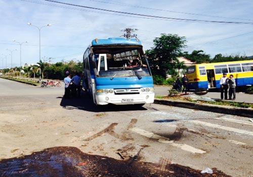 Hai xe chở công nhân va chạm, hàng chục người bị thương - 3