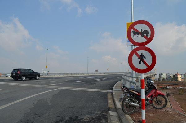 Xử phạt nhiều trường hợp dừng đỗ, chụp ảnh trên cầu Nhật Tân - 2