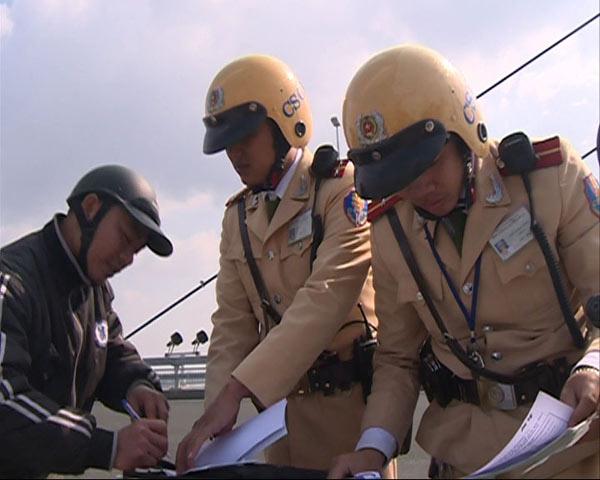 Xử phạt nhiều trường hợp dừng đỗ, chụp ảnh trên cầu Nhật Tân - 5