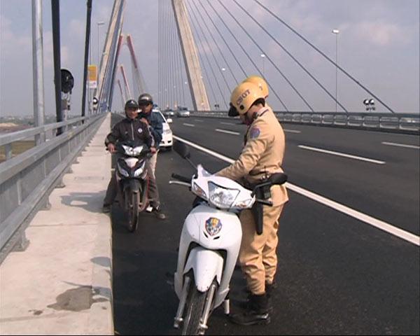 Xử phạt nhiều trường hợp dừng đỗ, chụp ảnh trên cầu Nhật Tân - 3