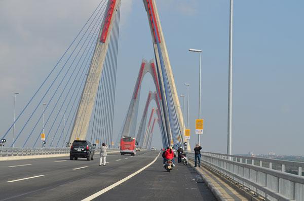 Xử phạt nhiều trường hợp dừng đỗ, chụp ảnh trên cầu Nhật Tân - 8