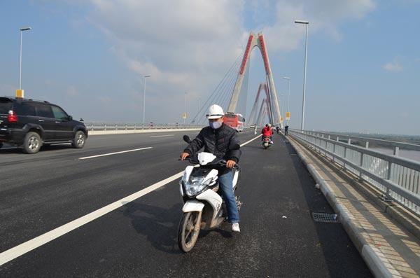 Xử phạt nhiều trường hợp dừng đỗ, chụp ảnh trên cầu Nhật Tân - 9