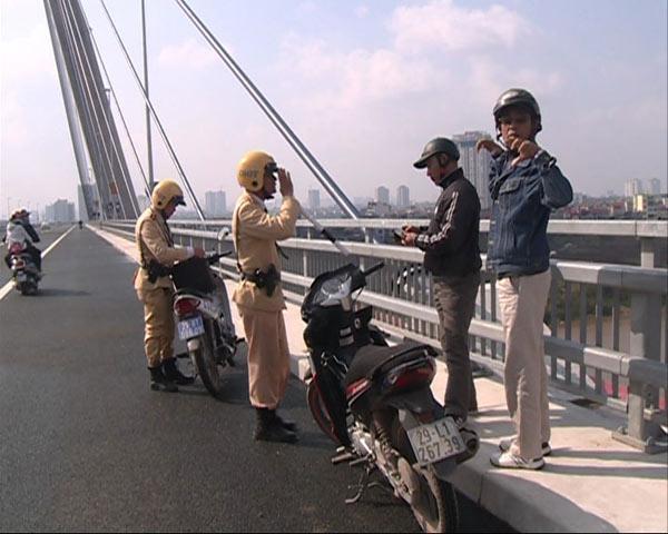 Xử phạt nhiều trường hợp dừng đỗ, chụp ảnh trên cầu Nhật Tân - 1