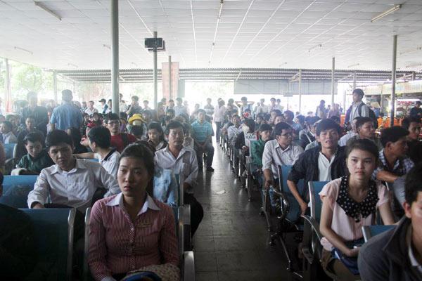 TPHCM: Người dân khổ sở mua vé xe về quê ăn Tết - 1