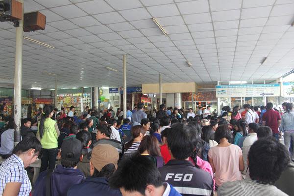 TPHCM: Người dân khổ sở mua vé xe về quê ăn Tết - 2