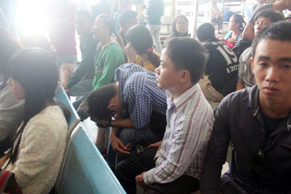 TPHCM: Người dân khổ sở mua vé xe về quê ăn Tết - 3