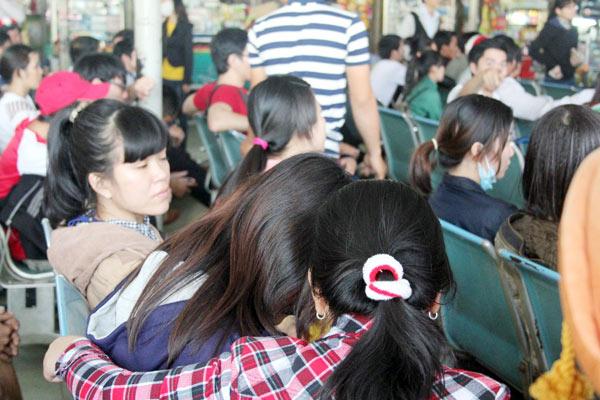 TPHCM: Người dân khổ sở mua vé xe về quê ăn Tết - 5