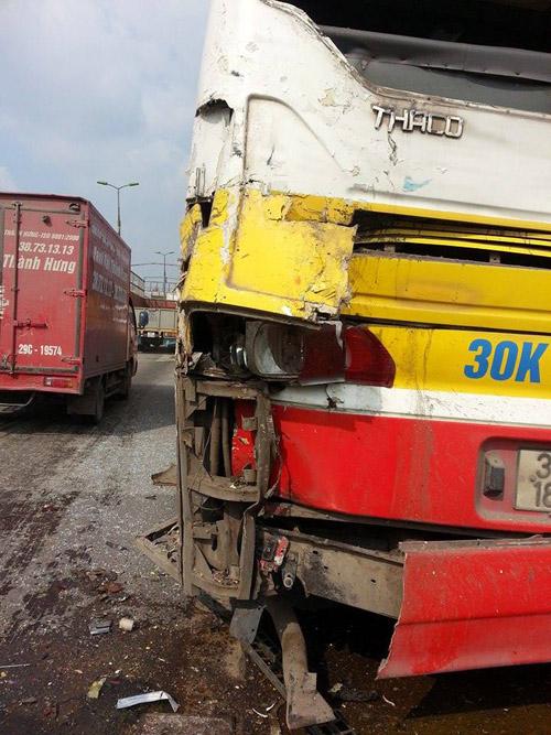 Hà Nội: Xe tải đâm xe buýt chở hơn 20 hành khách - 1