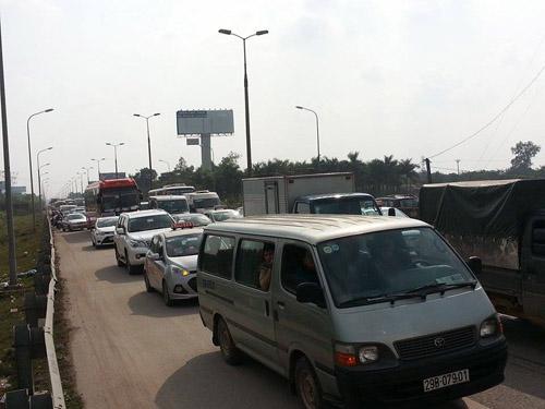 Hà Nội: Xe tải đâm xe buýt chở hơn 20 hành khách - 3