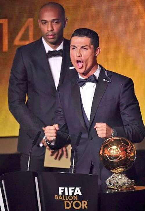 Henry buồn thiu nhìn Ronaldo nhận giải QBV - 1