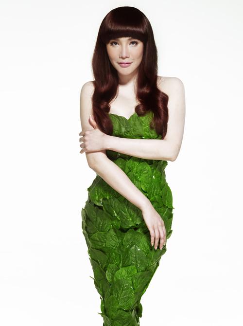Hồ Quỳnh Hương mặc váy làm từ rau xanh quyến rũ - 2