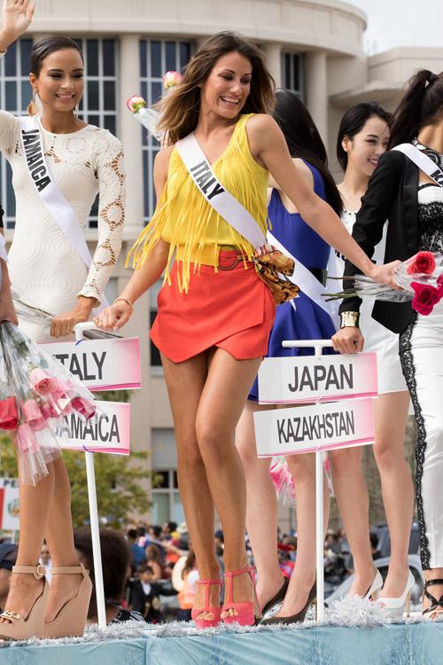 Thí sinh Hoa hậu Hoàn vũ làm náo loạn đường phố Mỹ - 2