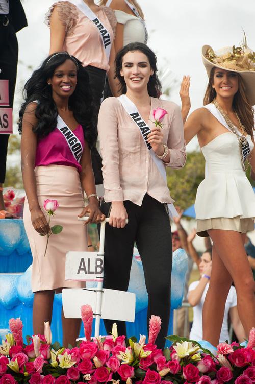 Thí sinh Hoa hậu Hoàn vũ làm náo loạn đường phố Mỹ - 11