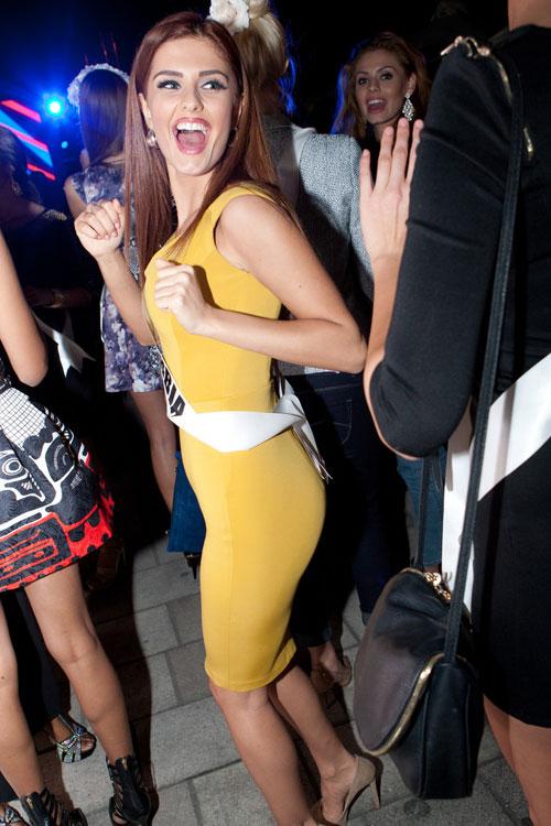 Thí sinh Hoa hậu Hoàn vũ làm náo loạn đường phố Mỹ - 17
