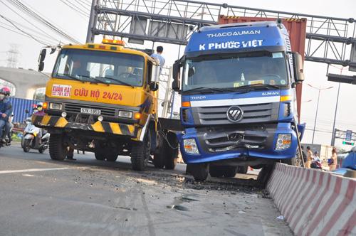 """Tài xế buồn ngủ, container """"đại náo"""" xa lộ Hà Nội - 2"""