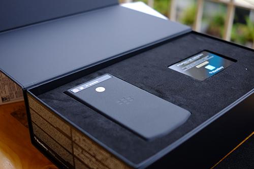 BlackBerry chính thức tung dòng smartphone cao cấp P'9982 - 4