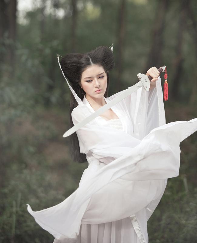 """Hot girl Lilly Luta xinh đẹp hóa thân thành Tiểu Long Nữ tóc  """" đùi gà """""""