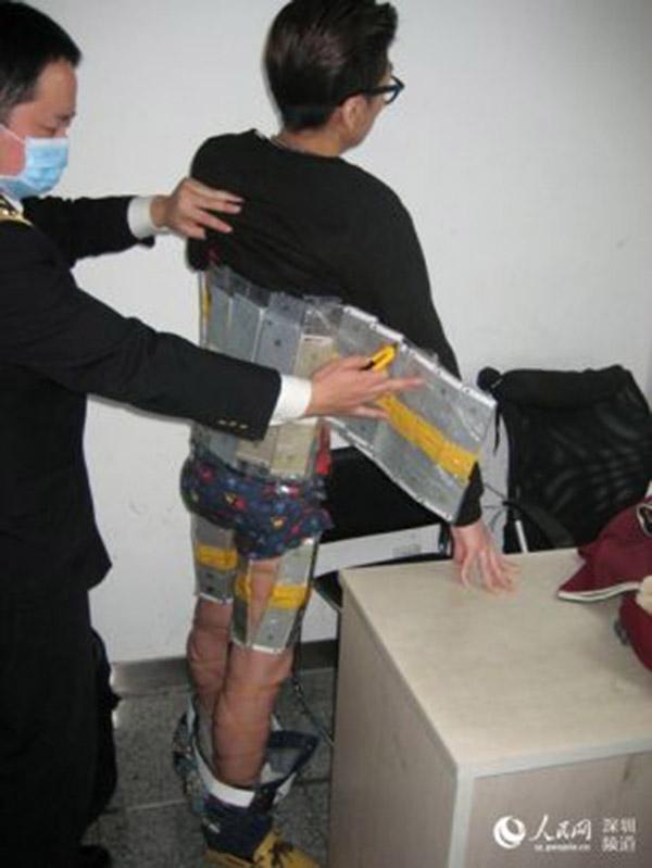 Hồng Kông: Dán gần 100 chiếc iPhone trên người để buôn lậu - 3