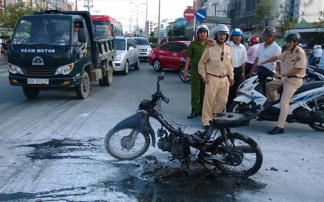 Phóng hỏa đốt rụi xe máy giữa phố vì... hết tiền nhậu - 1