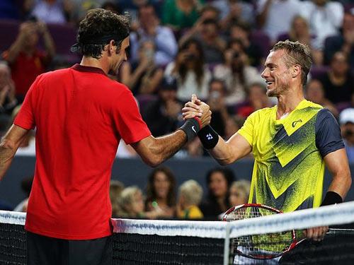 Federer ''bở hơi tai'' với bố con nhà Hewitt - 4