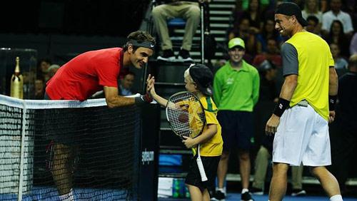 Federer ''bở hơi tai'' với bố con nhà Hewitt - 1