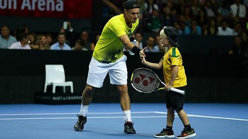 Federer ''bở hơi tai'' với bố con nhà Hewitt - 3