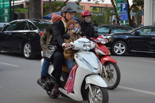 Sắp phạt không đội mũ bảo hiểm cho trẻ em - 1