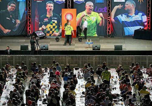 """""""Bạo loạn"""" ở chung kết giải Phi tiêu thế giới - 1"""