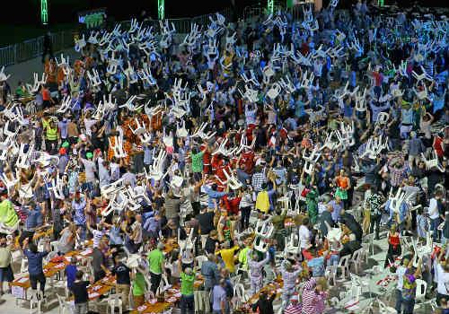 """""""Bạo loạn"""" ở chung kết giải Phi tiêu thế giới - 2"""