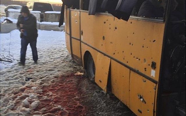Ukraine: Xe bus trúng pháo kích, 25 người thương vong - 2